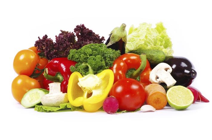 Verzameling van gezonde voeding met groenten zoals (gesneden) paprika, tomaat, wortel, sla, champignons, aubergine en komkommer.